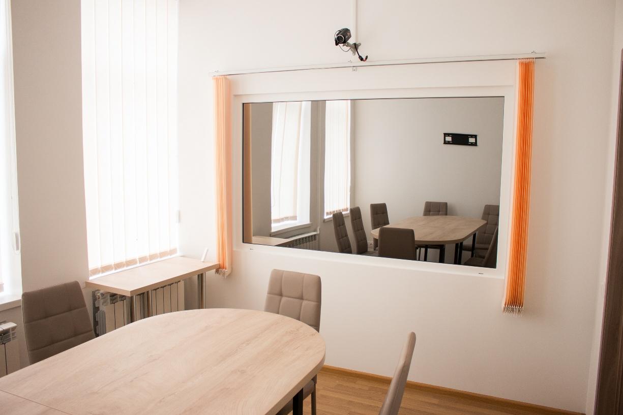 Купить одностороннее стекло (зеркало-шпион) желаемой толщины и степени напыления можно в компании «ДомГласс».